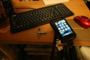 iphoneのあるデスクトップ